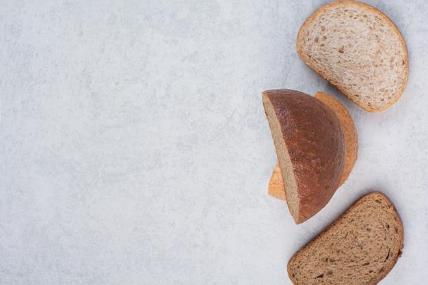 Два вида ломтиков хлеба на каменной поверхности