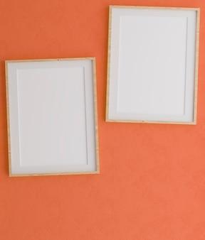 주황색 벽에 두 개의 수직 나무 프레임
