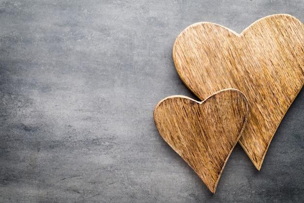 Два старинных сердца на сером металлическом фоне.