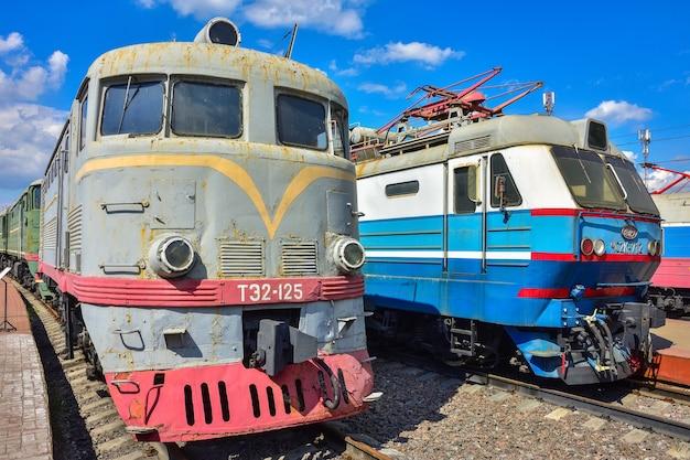 모스크바 리가 역의 기차 박물관 플랫폼에 있는 두 개의 빈티지 복고풍 기차