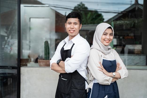 Две официантки стоят со скрещенными руками