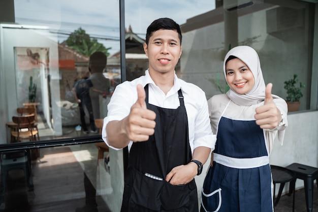 Две официантки с пальцами