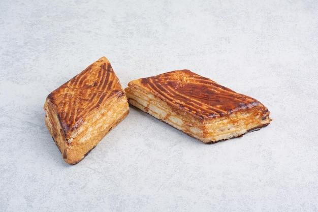 Due biscotti alle noci su sfondo grigio. foto di alta qualità