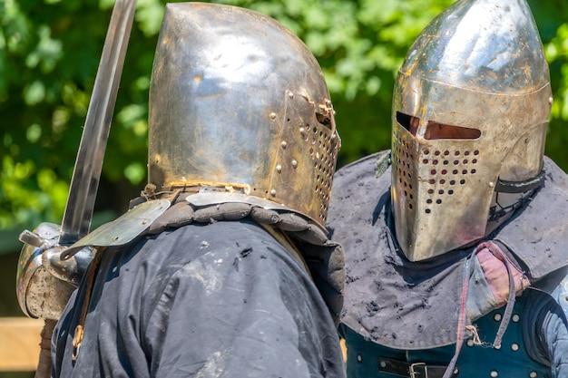 Два воина в средневековых доспехах