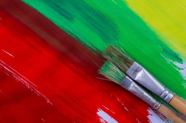 Две акварельные кисти на красочной бумаге для акварельной живописи.