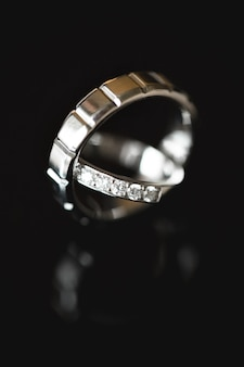 2つの結婚指輪のクローズアップ。大きい