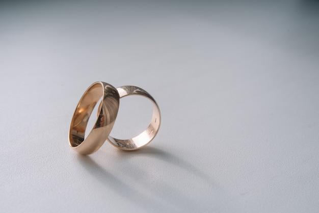 Два обручальных кольца для жениха и невесты.
