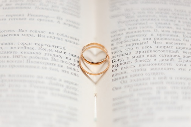 本のページに2つの結婚指輪。