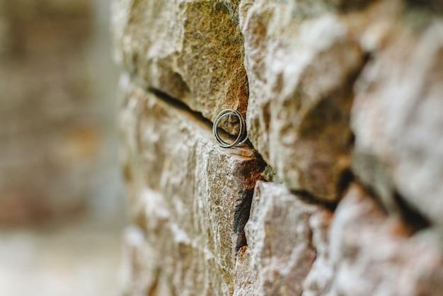 2人の愛情のある組合を象徴する岩の上の2つの結婚指輪。