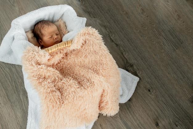 2 주 된 신생아 아기 빈티지 나무 상자에서 자 고.