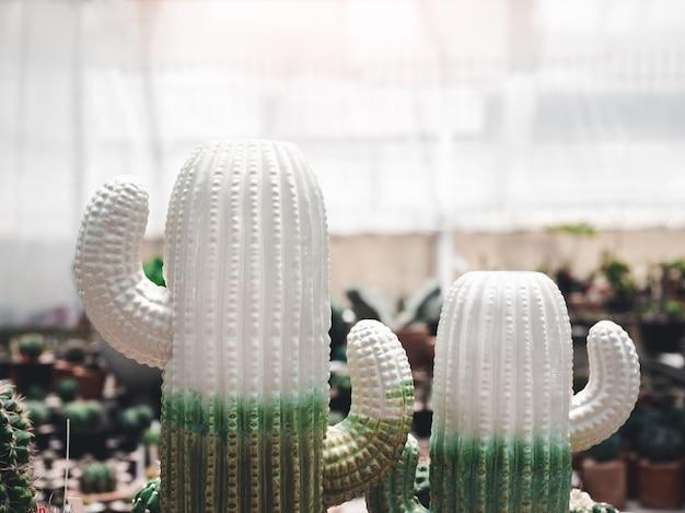 2つの白と緑のサボテンセラミックモデル