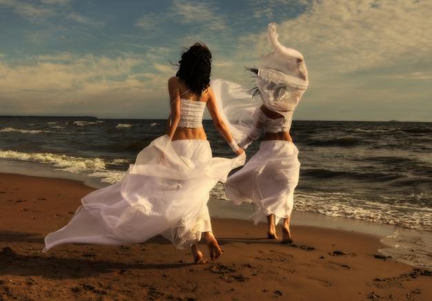 Два белых ангела на пляже