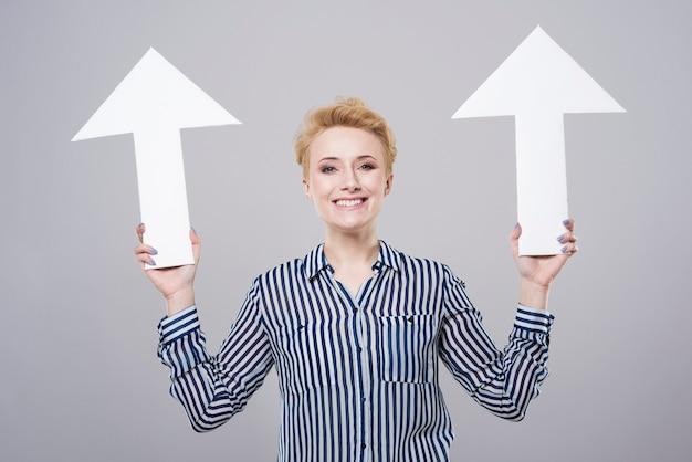 두 개의 흰색 화살표와 젊은 여자