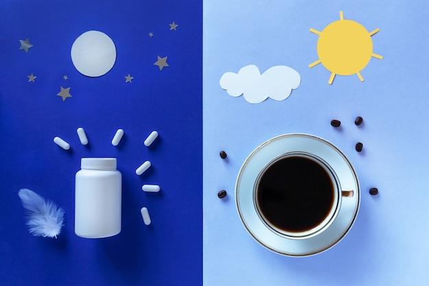 Две белые бутылки, таблетки, луна и кофейная чашка на синем фоне. понятие бессонница, время полнолуния, проблемы со сном, снотворное. макет, вид сверху, плоская планировка, копия пространства.