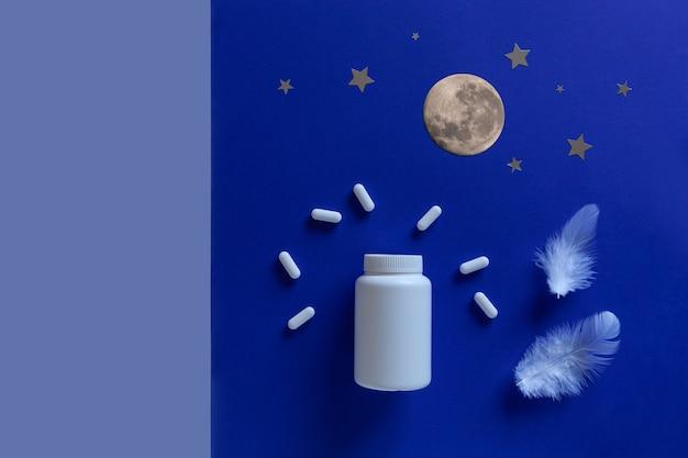 Две белые бутылки, таблетки, луна на синем фоне. понятие бессонница, время полнолуния, проблемы со сном, снотворное. макет, вид сверху, плоская планировка, копия пространства.
