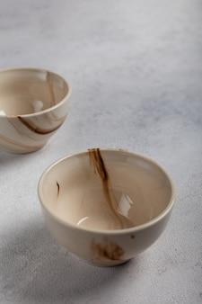明るい背景の上の2つの白い粘土ボウル