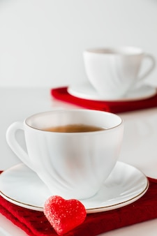 Две белые чашки чая на белом фоне