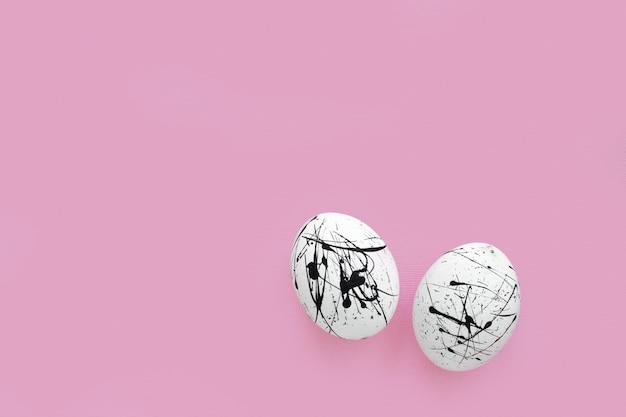 ピンクの黒い斑点の2つの白い卵
