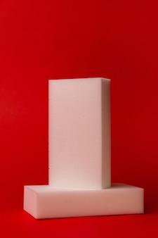 빨간색 배경에 두 개의 흰색 멜라민 스폰지.