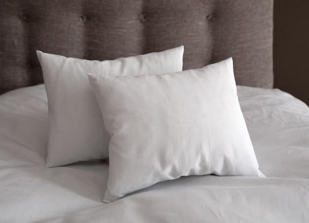 ベッドの上の2つの白い枕 Premium写真