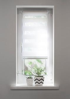 幾何学模様の2つの白い正方形の植木鉢