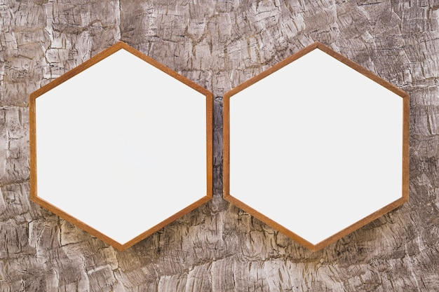 벽지에 두 개의 흰색 나무 육각형 프레임