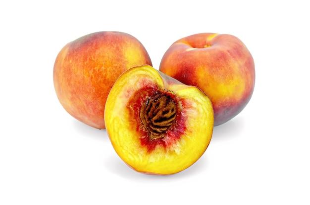 白い背景で隔離の2つの全体の桃と半分の桃