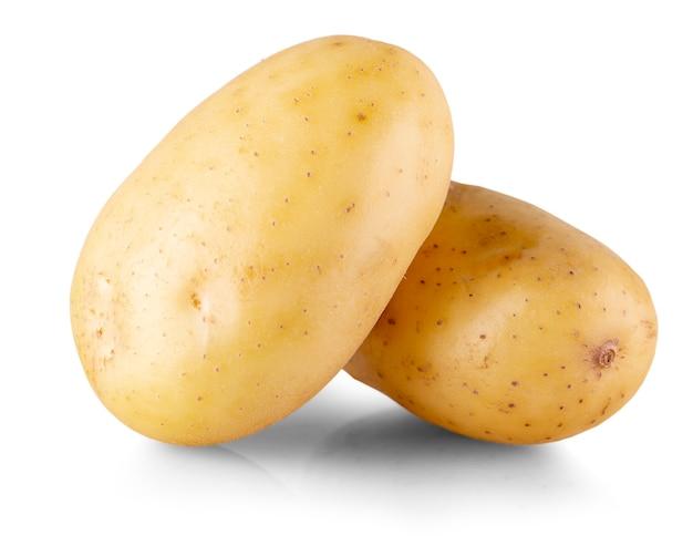 2つの丸ごと黄色いジャガイモ。白で隔離。閉じる
