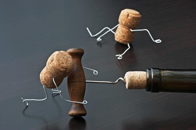 2つのワインのコルクとコルク抜きのボトル