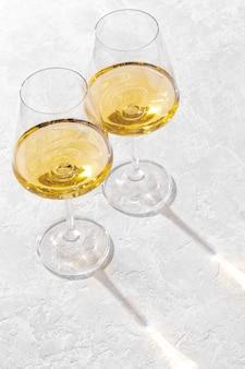 두 개의 와인 잔은 흰색에 대항