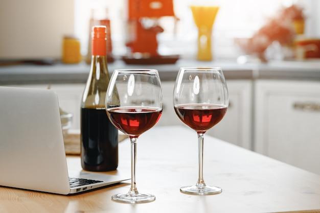나무 부엌 카운터에 레드 와인 2 잔