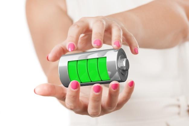두 여자 손 흰색 배경에 충전 수준으로 추상 충전 배터리를 보호합니다. 3d 렌더링