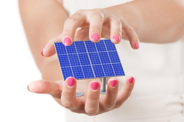 Две руки женщины, защищающие синюю панель картины солнечных батарей на белом фоне. 3d рендеринг