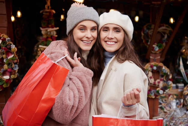 クリスマスチョッピング後の2人の女性
