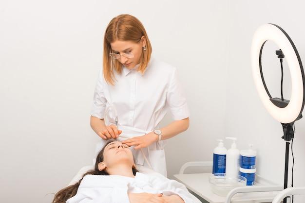 2人の女性が削皮術の過程にあります。