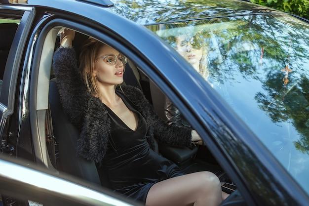 2人の女性が車でポーズ