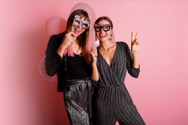 二人の女性、編パーティーを祝う親友