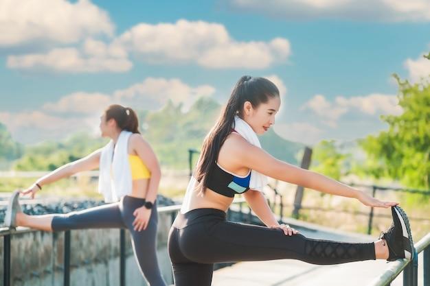 都会で楽しく運動して健康管理をしている2人の女性親友。ヘルスケアの概念
