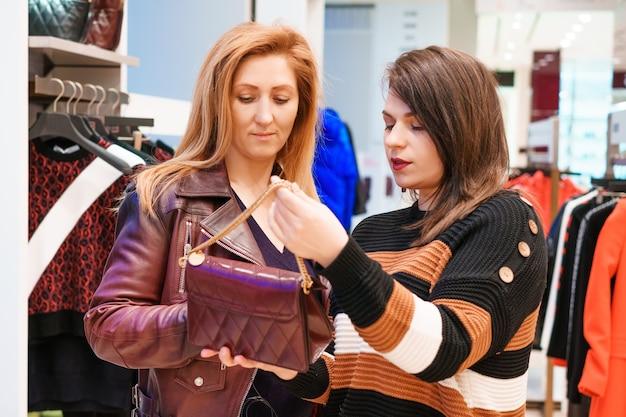 두 여자는 가게에서 옷을 선택