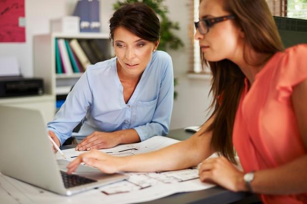 Две женщины просматривают данные на компьютере