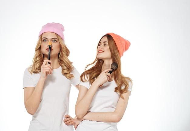 2人の女性の化粧品グラマーファッションライフスタイルライト