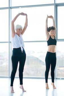 두 여자 운동을 하 고, 운동하는 데