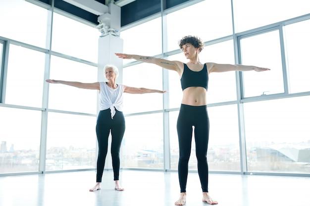 큰 체육관에서 운동을 하 고 두 여자