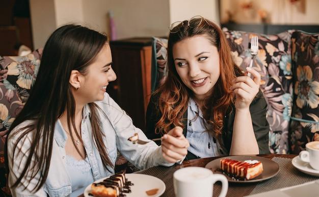 Две женщины едят в ресторане