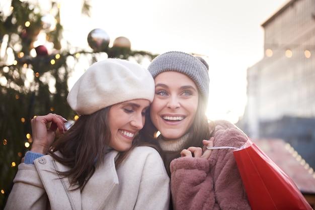 クリスマスの時期に抱きしめる2人の女性