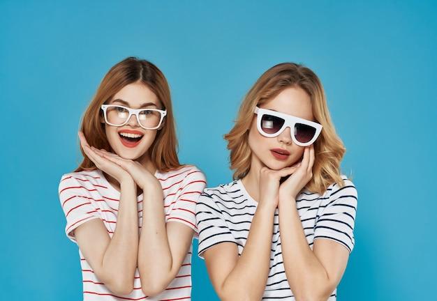 2人の女性のファッションライフスタイル夏の青い背景