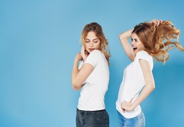 Две женщины в модной одежде, общаясь вместе, образ жизни студии изолировали фон. фото высокого качества