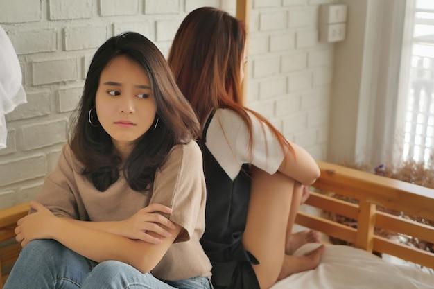 두 여자 친구가 서로 찡그린 채, 나쁜 관계 개념