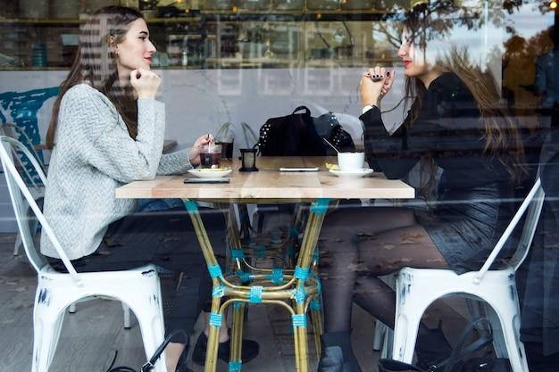 Две женщины, имеющие прямо в кафе