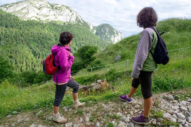 Две женщины-туристы гуляют в горах